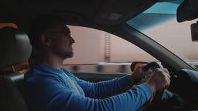 Белые приводы водителя внутри и вне под пропуском в автомобиль Удобное место Смартфон в держателе телефона видеоматериал
