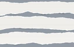 Белые продолговатые выровнянные бумажные прокладки с сорванными краями в горизонтальном положении, бумагой для примечания на серо иллюстрация штока