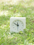 Белые простые часы на дворе лужайки, 11:50 11 50 Стоковая Фотография
