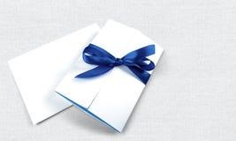 Белые пустые карточки при голубая лента изолированная дальше Стоковые Изображения RF