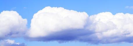 Белые пушистые облака в ясном голубом небе Стоковая Фотография RF