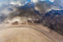 Белые пушистые облака при голубое небо отражая на речной воде занимаются серфингом Стоковые Изображения