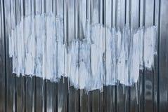 Белые пятна краски на серой стене металла Стоковое фото RF