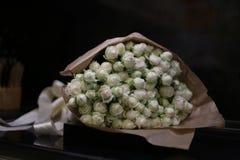 белые розы букета для любимого стоковая фотография rf