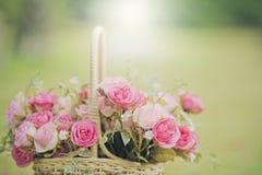 Белые розы предпосылка, малая глубина поля Ретро год сбора винограда внутри Стоковая Фотография RF
