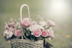 Белые розы предпосылка, малая глубина поля Ретро год сбора винограда внутри Стоковые Изображения RF