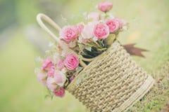 Белые розы предпосылка, малая глубина поля Ретро год сбора винограда внутри Стоковая Фотография