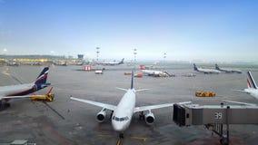 Белые самолеты сидят припаркованный на стержне международного аэропорта акции видеоматериалы