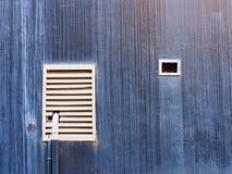 Белые сбросы на темно-синей текстурированной стене стоковые фотографии rf
