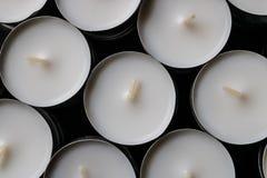 Белые свечи света чая с черной предпосылкой - изображением стоковое изображение rf