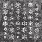 Белые силуэты снежинок изолированные на абстрактной предпосылке вектора в серых цветах иллюстрация штока