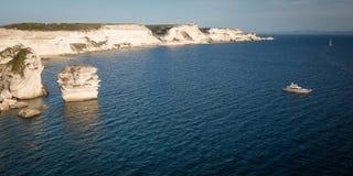 Белые скалы известняка около Bonifacio, острова Корсики Стоковые Фото