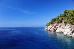 Белые скалы и Кристл - ясный голубой океан стоковые фотографии rf