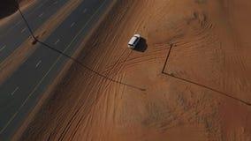 Белые смещения Крайслера вдоль песочной обочины сток-видео