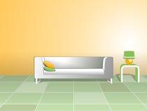 Белые софа и таблица с светильником Стоковые Фото