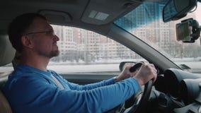Белые спады водителя позволяя другим автомобилям пройти мимо Улыбки человека и продолжать управлять Небо с заходом солнца Backlig сток-видео