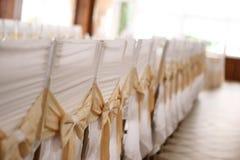 Белые стулы в рядке Стоковые Фотографии RF