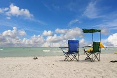 Белые стулы пляжа стоковые фотографии rf