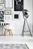 Белые стулья таблицей Стоковое Изображение RF