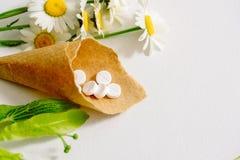 Белые таблетки в klubke kraft, лекарственные растения зеленых лист, гомеопатическая медицина Лист цветут и приносить липы, flo ст Стоковое Изображение RF