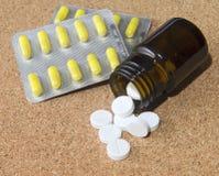 Белые таблетки разливая от бутылки Стоковые Фото
