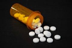 Белые таблетки с бутылкой рецепта стоковая фотография