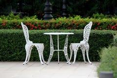 Белые таблица и стул в саде Стоковая Фотография RF