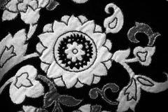 Белые текстуры искусственных цветков на черные одежды стоковое фото