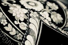Белые текстуры на фото черных одежд уникальном стоковое фото