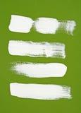 Белые ходы щетки на зеленой предпосылке Стоковое фото RF