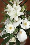 Белые цветки в букете в коричневой предпосылке стоковое фото rf