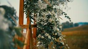 Белые цветки и мягко листья зеленого цвета украшают деревянные доски акции видеоматериалы