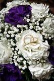 Белые цветки свадьбы и свадьба стоковое изображение