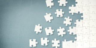 Белые части головоломки на серой предпосылке стоковые фотографии rf