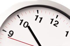 Белые часы, закрывают вверх по взгляду стоковые фото