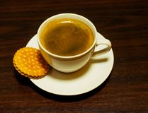 Белые чашка кофе и печенье Стоковые Изображения RF
