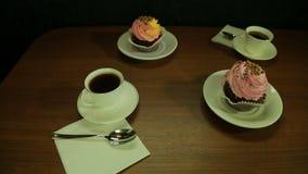 Белые чашки с сильным кофе на деревянном столе акции видеоматериалы