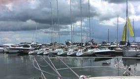 Белые шлюпки причалили на пристани в городе Sopot, Польше Лето 2018 видеоматериал