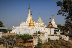 Белые stupas, монастырь Maha Aung Mye Bonzan, древние города, Inwa, область Мандалая, Мьянма Стоковые Фотографии RF