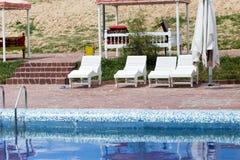 Белые sunbeds бассейном на открытом воздухе Стоковое Изображение RF