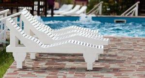 Белые sunbeds бассейном на открытом воздухе Стоковая Фотография