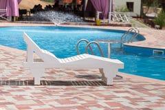 Белые sunbeds бассейном на открытом воздухе Стоковые Фотографии RF