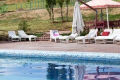 Белые sunbeds бассейном на открытом воздухе Стоковое Изображение