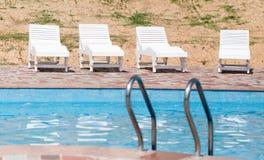 Белые sunbeds бассейном на открытом воздухе Стоковое фото RF
