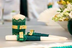 Белые wedding свечи с зеленым украшением Стоковая Фотография RF