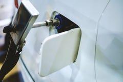 Белый автомобиль дозаправляя корабль NGV природного газа Стоковое фото RF