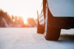 Белый автомобиль на дороге зимы стоковое изображение