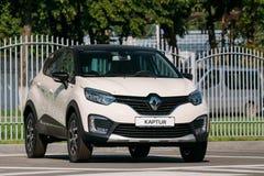 Белый автомобиль Renault Kaptur цвета автостоянка кроссовера малолитражного автомобиля в улице стоковая фотография