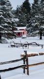 Белый амбар красного цвета снега Стоковое Изображение