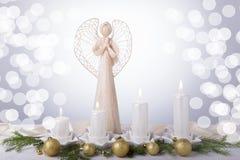 Белый ангел и 4 белых свечи пришествия, ветви рождественской елки украшены с золотыми шариками Неизбежное Стоковые Фотографии RF